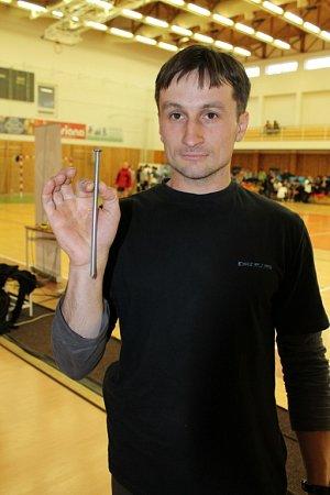 Jan Stoklasa dokáže ohýbat dvaceticentimetrové hřebíky
