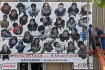 Letošní maturanti z hejčínského gymnázia v Olomouci se rozhodli své tablo pojmout bezesporu velkolepě.
