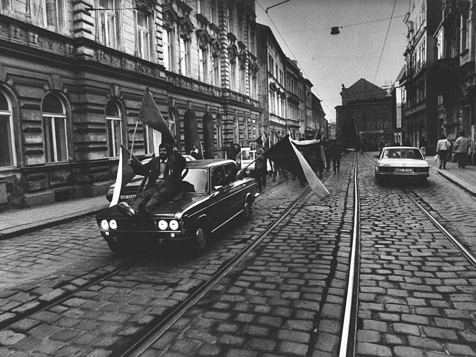Jeden ze snímků Petra Zatloukala z listopadových událostí 1989 v Olomouci