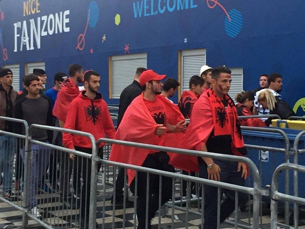Fotbalová atmosféra na Azurovém pobřeží je vlažná podobně jako voda omývající jeho břehy. Zpravodaj Deníku ale na vlastní kůži okusil bezpečnostní opatření, následně ve svém hotelu přivítal tureckou reprezentaci.