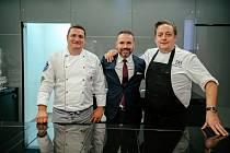 Hotelový šéfkuchař Miroslav Fojtík, ředitel hotelu Tomáš Rousek (uprostřed) a britský šéfkuchař Chris Naylor (vpravo)