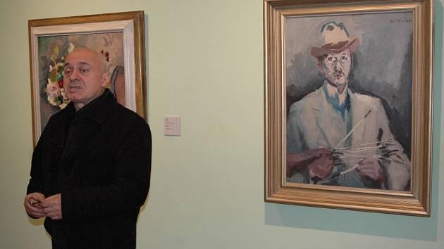 Kurátor výstavy Tomáš Vlček u Fillova portrétu.