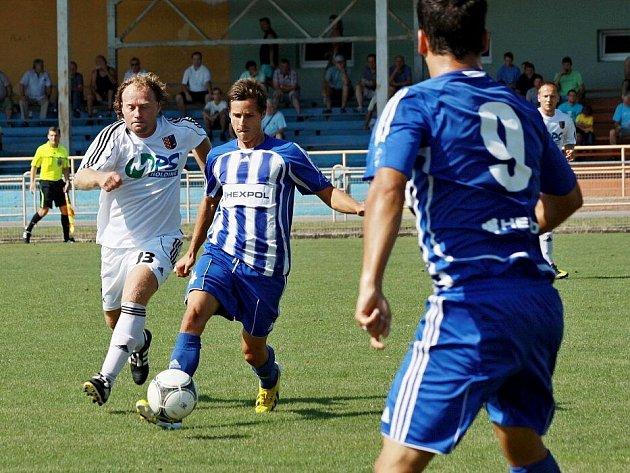 Fotbalisté Uničova (v modrém) proti Prostějovu