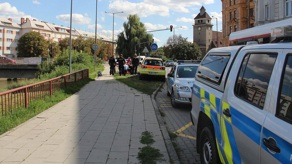 Muže, který se nemohl dostat ven z řeky Moravy, zachraňovali ve středu odpoledne olomoučtí hasiči.