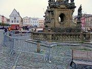 Oplocený Mariánský sloup na Dolním náměstí v Olomouci