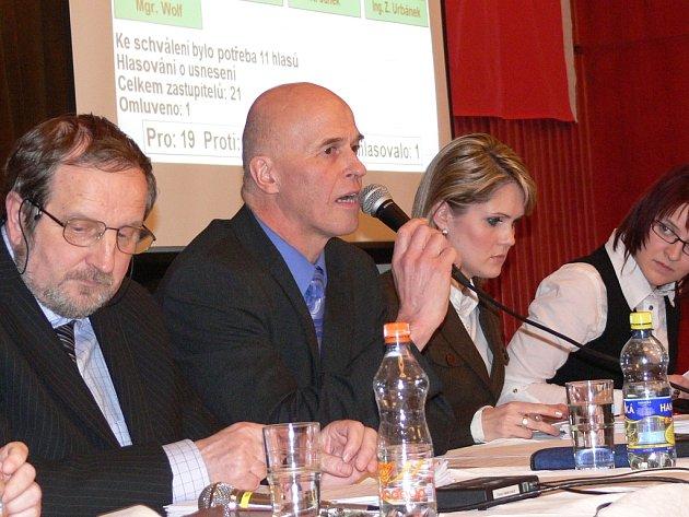 Nový starosta Jirásko se hned po svém zvolení ujal řízení schůze zastupitelstva.