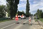 Na jeden jízdní pruh je v Olomouci -Týnečku kvůli stavbě přechodu s ostrůvkem zúžen hlavní tah na Opavu. Pro směr na Šternberk je stanovena objížďka přes Samotišky a Tovéř.