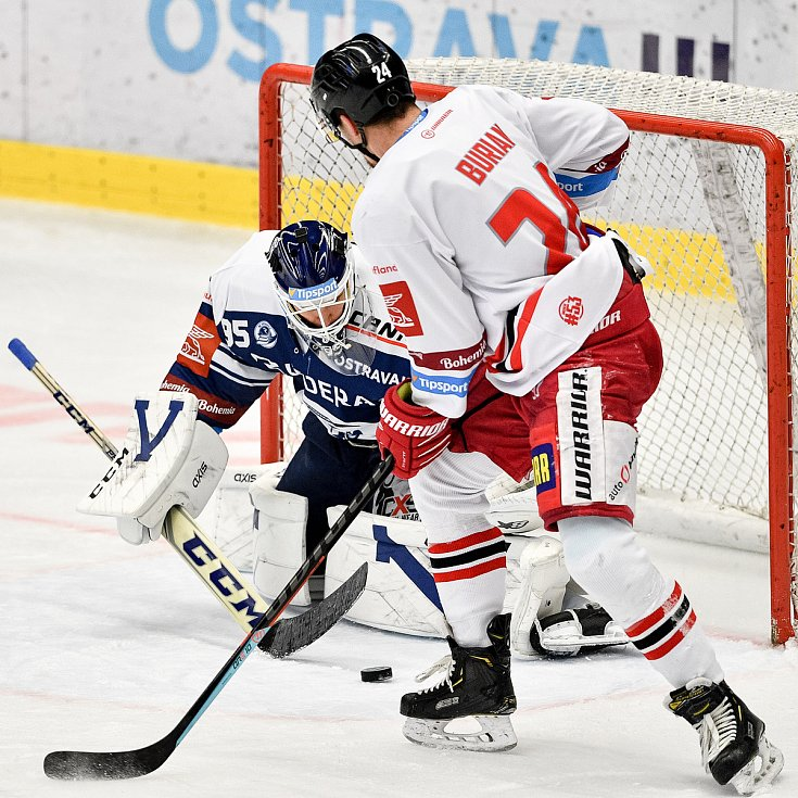 Utkání 38. kola hokejové extraligy: HC Vítkovice Ridera - HC Olomouc, 22. Ledna 2021 v Ostravě. (zleva) Brankář Miroslav Svoboda z Vítkovic a Vilím Burian z Olomouce.