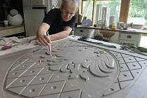 Otto Bébar při práci na modelu uničovského znaku