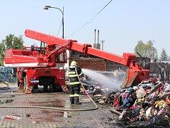 Zatím největší požár v Olomouckém kraji letošní roku. Tak hasiči mluví o nočním požáru skladu textilu v Olomouci na ulici Matěje z Janova. Na místě zasahovalo dvanáct jednotek s celkem asi devadesáti hasiči, při požáru nebyl nikdo zraněn.