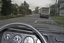 TÉMĚŘ OMDESÁT. Autobus společnosti Veolia Trasport projíždí obcí a povinnou padesátku rozhodně nedodržel.