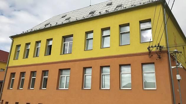 Budova základní školy v Dlouhé Loučce