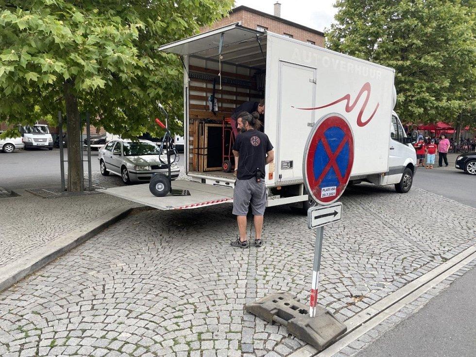 Příprava na natáčení filmu režiséra Krobota Šnajdr před olomouckým hlavním nádražím, 20. července 2021