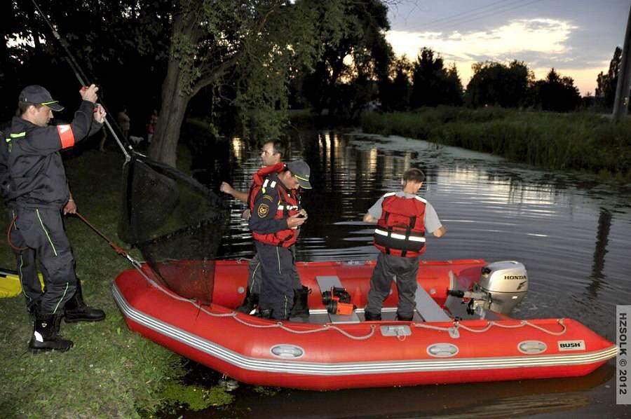 Hasiči zasahují na řece Blatě po úniku kejdy v Seničce