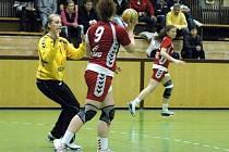 Druhým hracím dnem pokračoval v Olomouci mezinárodní turnaj házenkářských juniorek. Češky (v bílém) se nedokázaly vzpamatovat z pátečního debaklu s Rakouskem a podlehly i Polsku 26:31.