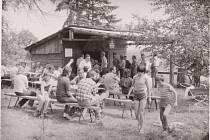 """80. LÉTA. Pohled na Strukovskou boudu, kde """"Strukovský spolek nepochopených"""" každý pátek pro své členy, spoluobčany i přespolní připravoval pečené ryby, uzený kabanos, točené pivo a další pohoštění."""