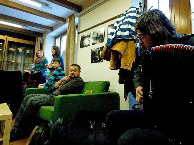 Výstava černobílých fotografií Poliny Davydenko a grafik Lukáše Dobeše v bezbariérové tréninkové kavárně Betreka v Olomouci