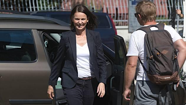 Klára Melíšková jako komisařka Výrová. Natáčení televizního seriálu Živé terče v Olomouci