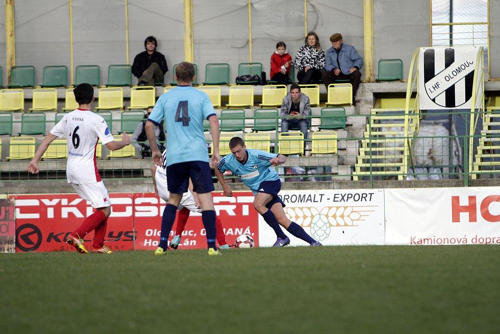 Fotbalisté 1. HFK Olomouc (v modrém) podlehli na domácím hřišti Kroměříži 1:2