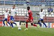 Olomoučtí fotbalisté (v červeném) porazili v přípravě druholigový Šamorín 3:0Bidje Manzia (v červeném)