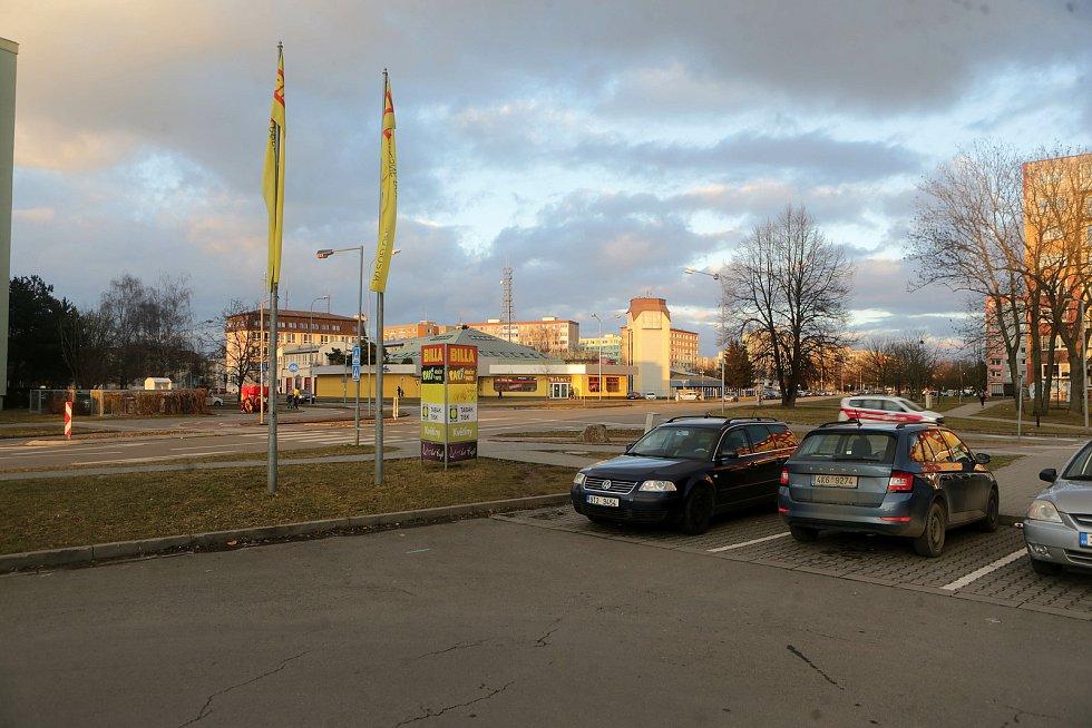 Křižovatka Zikovy ulice a Schweitzerovy ulice u supermarketu Billa - na snímku se trať stočí vpravo směrem ke Slavonínu