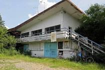 Pozůstatky restaurace s terasou u prvního jezera na Poděbradech