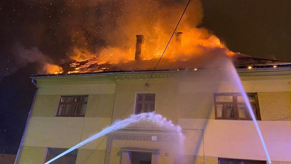 Hasiči zasahují u tragického požáru bytového domu v Moravském Berouně