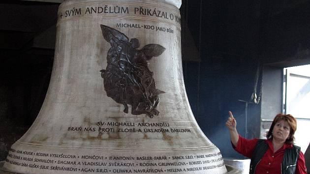 Model třetího zvonu pro chrám sv. Michala se svou spoluautorkou zvonu Leticií Vránovou-Dytrychovou.