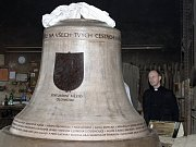 Farář  Antonín Basler si prohlíží model třetího zvonu pro svůj chrám sv. Michala.