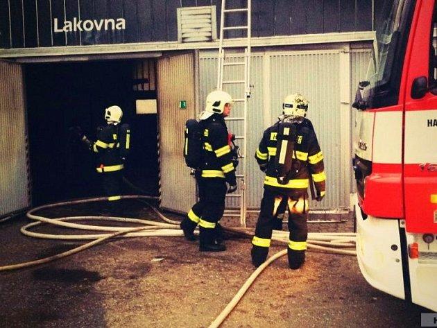 Požár v areálu autosalonu u třídy Kosmonautů v Olomouci