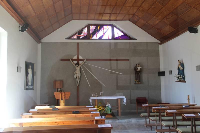 Bukovany. Interiér kostela svatého Antonína Paduánského, který byl postaven v roce 1992.