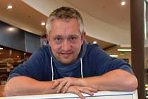 Chris Delattre pochází z Paříže, nyní žije v Olomouci.