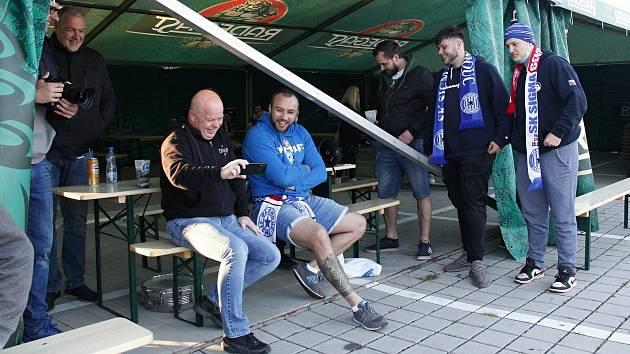 Ve fanzóně nedaleko Šantovky sledovali fanoušci zápas Sigmy proti Slovácku.