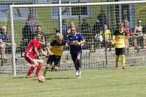 Fotbalisté Nových Sadů B (ve žluto-černém) porazili Slavonín po penaltovém rozstřelu.