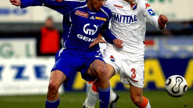 Bez Lukáše Hartiga (vlevo) se budou muset obejít fotbalisté Sigmy.