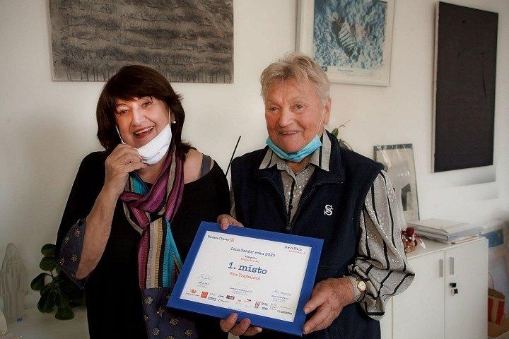 Seniorka roku 2020 Eva Trejbalová vede v 86 letech jógu v dejvickém Sokole (na snímku s ředitelkou Nadace Charty 77 Boženou Jirků)