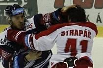 Petr Strapáč. Hokejisté Mory (v bílém) podlehli Vítkovicím 3:4 v prodloužení.