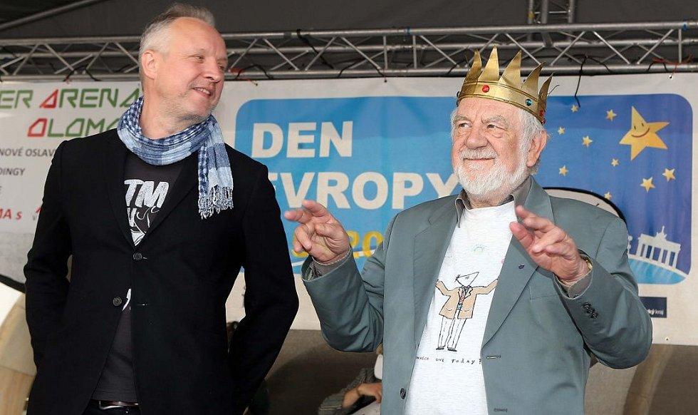 ředání královské koruny - vlevo nový král majálesu Jaromír 99, vpravo loňský vladař Josef Jařab