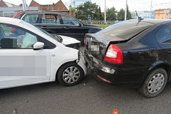 Dvaadvacetiletý mladík za volantem Škody Citigo naboural v Olomouci čtyři auta před sebou.