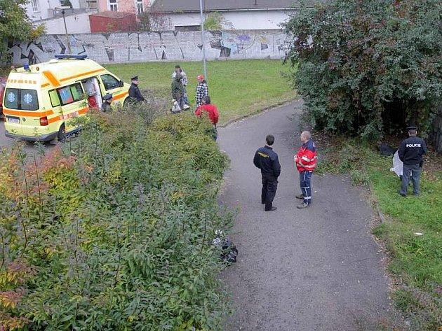 Tělo mrtvého muže nalezli ve středa 20. 10. náhodní kolemjdoucí v Olomouci nedaleko podchodu pod Tovární ulicí v úseku mezi vlakovým a autobusovým nádražím.