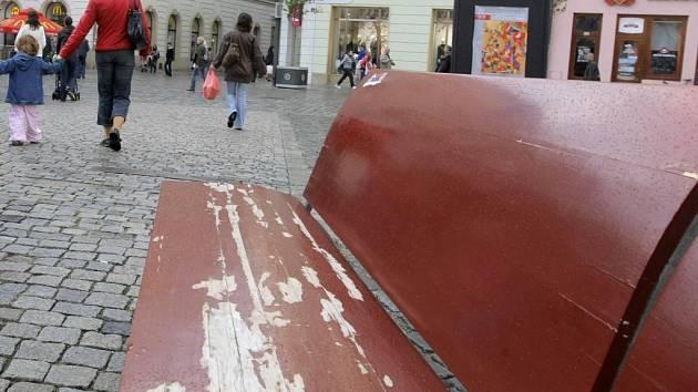 Poškozené lavičky na Horním náměstí