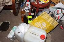 Během prohlídek policie zajistila dvě varny pervitinu, alespoň 70 gramů pervitinu a také sušené rostliny konopí s obsahem THCAutor: