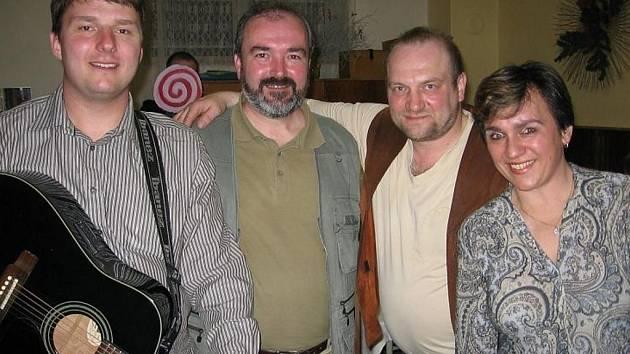 Festivalem provázejí členové kapely Pupkáči Michal Odložilík (na snímku zcela vlevo) a Blanka Prudilová.