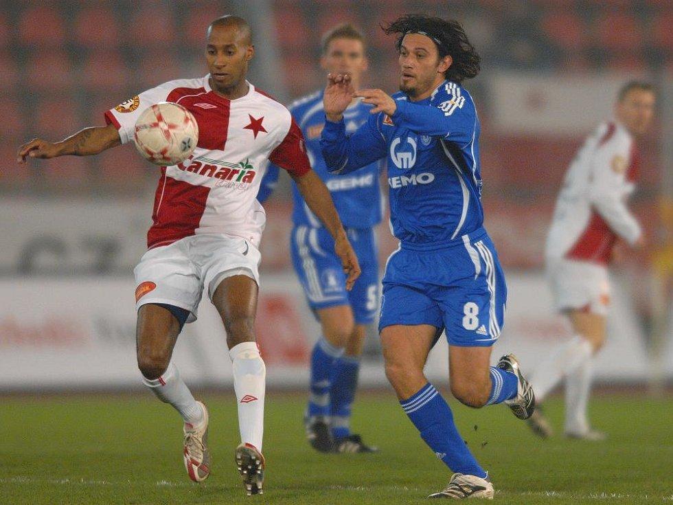 2007: Slavia - Sigma: Rossi da Silva stíhá Tavarese.