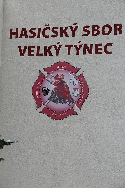 Hasičskou zbrojnici ve Velkém Týnci zdobí logo místního sboru.