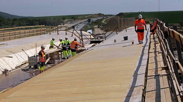 Stavba mostů na čtrnáctikilometrovém úseku dálnice D1 mezi Lipníkem a Přerovem. Květen 2017