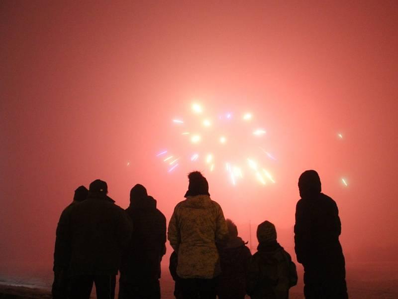 Nový rok přivítali v Přáslavicích velkým ohňostrojem na fotbalovém hřišti už ve 21 hodin.