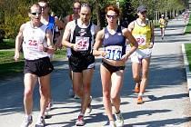 O prvenství na 10 km trati bude bojovat i  česká reprezentantka Schindlerová (č. 313 )