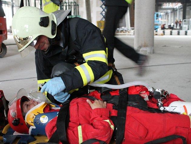 Cvičení profesionálních hasičů v prostorách rozestavěného obchodního centra Šantovka v Olomouci