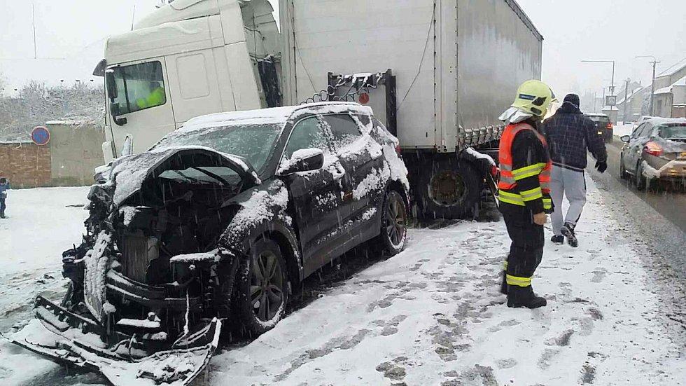 Jeden člověk se zranil při nehodě osobáku s kamionem v Dolanech na Olomoucku.